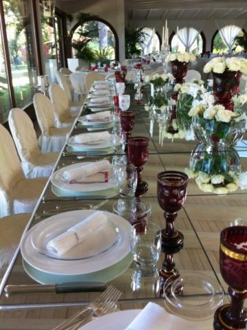 tavola imperiale con bicchieri colorati